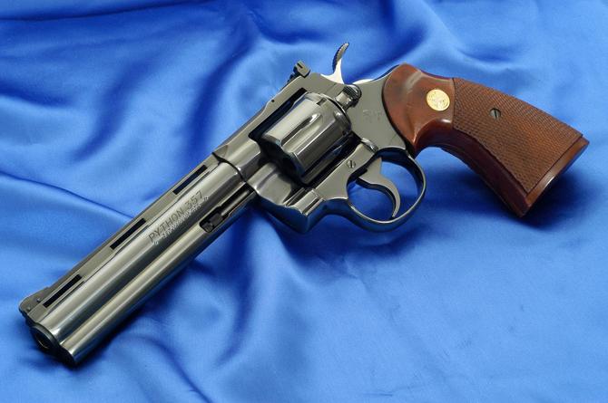 Никелированный револьвер Colt Python с 152 мм стволом